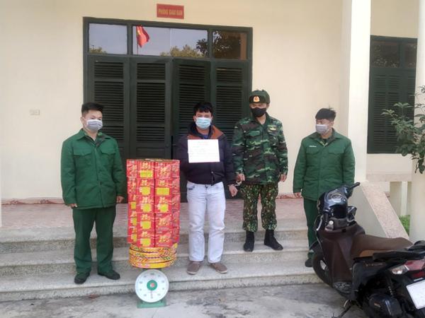 Đối tượng Trần Văn Hậu cùng tang vật tại Đồn Biên phòng Hải Hòa.