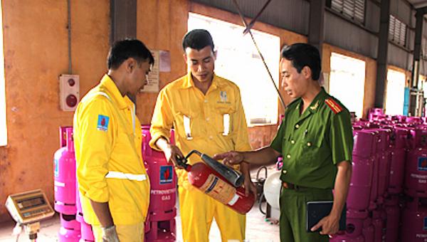 Công an Nam Định kiểm tra, hướng dẫn đội viên PCCC cơ sở sử dụng bình bột chữa cháy.