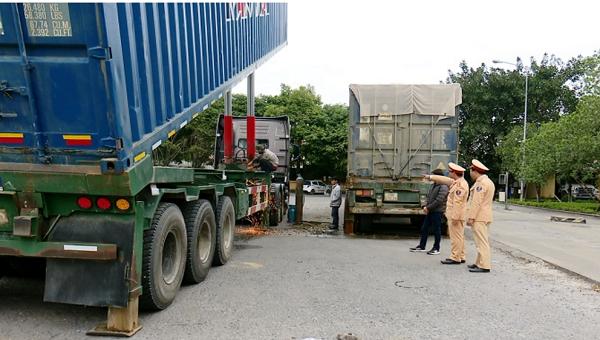 """Cảnh sát giao thông Ninh Bình cắt bỏ phần cải tạo vụ """"xe container thành xe tự đổ"""""""
