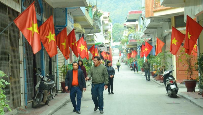 Khắp các con phố, ngả đường từ thành thị đến miền núi ở Quảng Ninh, đều rực rỡ cờ hoa hướng về Đại hội XIII của Đảng.