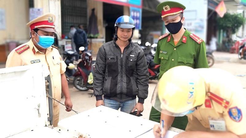 Quảng Ninh xử phạt nhiều trường hợp không đeo khẩu trang nơi công cộng