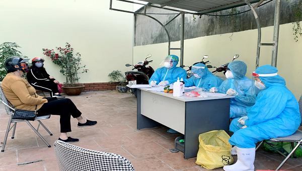 Người dân thị trấn Cái Rồng (huyện Vân Đồn) tự nguyện đến trạm y tế khai báo y tế, lịch sử tiếp xúc với những trường hợp F1, F2.