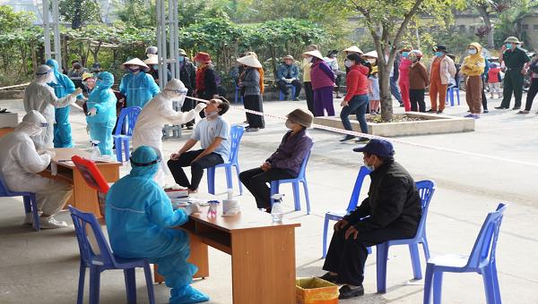 Cán bộ, y bác sĩ, nhân viên ngành y tế đến các nhà văn hóa thôn, khu, trạm y tế trên địa bàn TX Đông Triều để thực hiện lấy mẫu xét nghiệm cho người dân.
