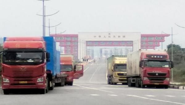 Các container hàng hóa nhập khẩu qua Cửa khẩu Cầu Bắc Luân 2 trong ngày 18/2.