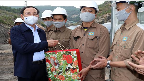 Bí thư tỉnh Quảng Ninh Nguyễn Xuân Ký tặng quà động viên công nhân lao động ngành than nhân dịp đầu xuân Tân Sửu.