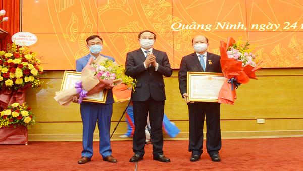 Bí thư tỉnh Quảng Ninh Nguyễn Xuân Ký thừa ủy quyền Chủ tịch nước trao danh hiệu Thầy thuốc Nhân dân cho các cá nhân.