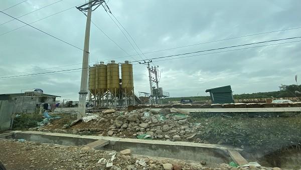 Trạm trộn bê tông Anh Đức xây dựng không phép trên đất rừng, gây ô nhiễm môi trường.
