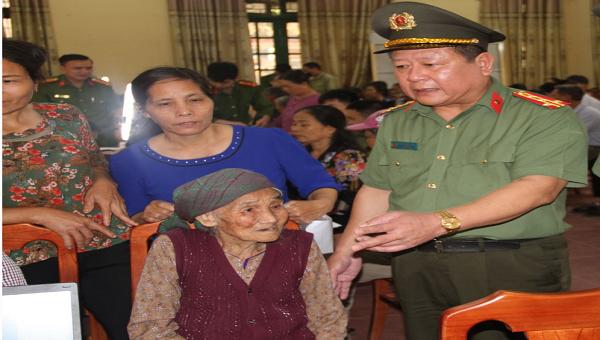 Đại tá Phạm Đăng Khoa - Giám đốc Công an tỉnh Hưng Yên trực tiếp kiểm tra tại điểm cấp CCCD.