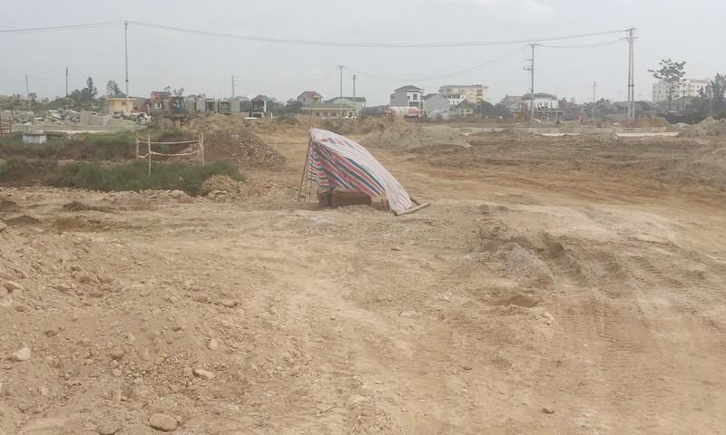 Một số ngôi bộ bị đào lên từ chiều ngày 2/4 vẫn chưa được chôn cất