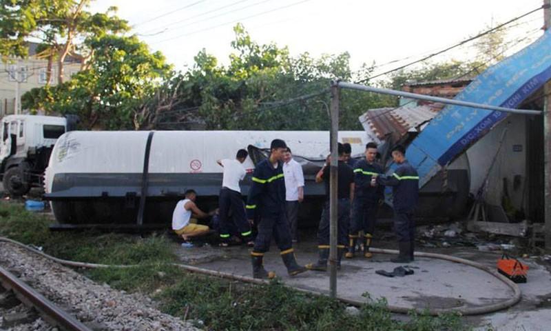 Chiếc xe bồn bị húc văng vào nhà dân