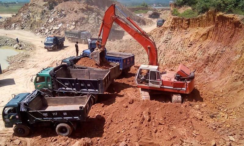 Khai thác đất tại mỏ đất Bích Hóa những ngày qua