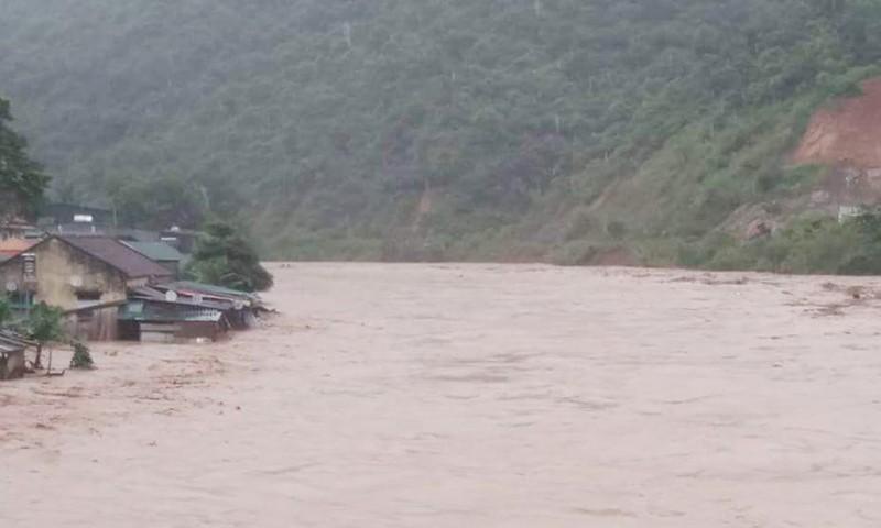 Nước sông dâng cao, nhiều ngôi nhà ở Kỳ Sơn - Nghệ An ngập sâu.