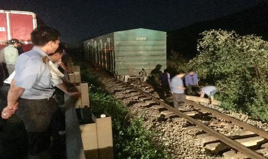 Công nhân Tổng công ty đường sắt nỡ lực sửa chữa khắc phục sự cố.