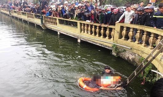 Ngồi lan can cầu, người đàn ông ngã chúi đầu xuống hồ tử vong