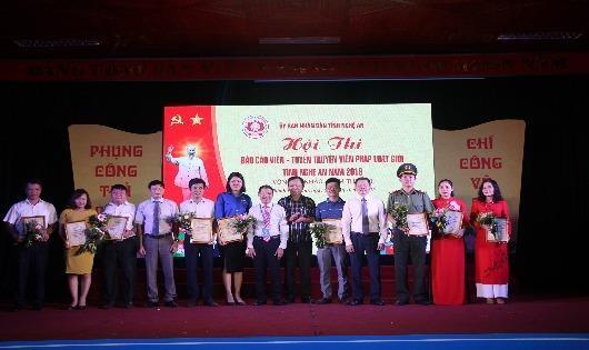 Ban tổ chức trao giải cho các tập thể xuất sắc