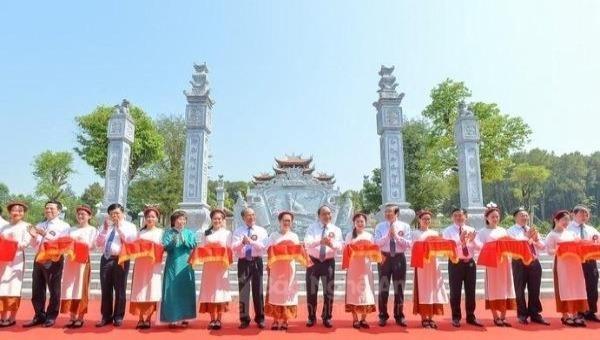 Các đồng chí lãnh đạo Đảng, Nhà nước, tỉnh Nghệ An và các địa phương, cùng đơn vị đồng hành thực hiện nghi thức cắt băng khánh thành Đền Chung Sơn