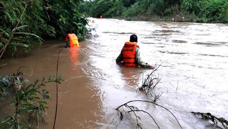 Chưa tìm được người mất tích trong vụ lật thuyền trên sông Giăng (Nghệ An)