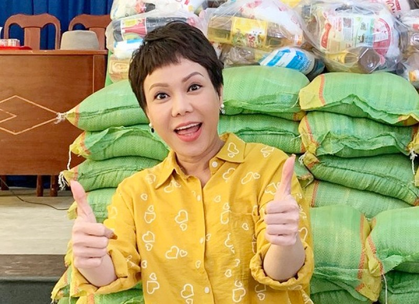 Việt Hương, Minh Hằng ủng hộ hàng tấn gạo cho người dân khó khăn