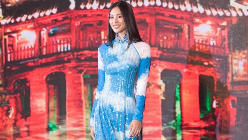 Áo dài của Hoa hậu Tiểu Vy đấu giá được 80 triệu đồng