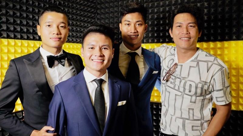 Quang Hải và các cầu thủ tham gia dự án ủng hộ miền Trung của Quách Beem.