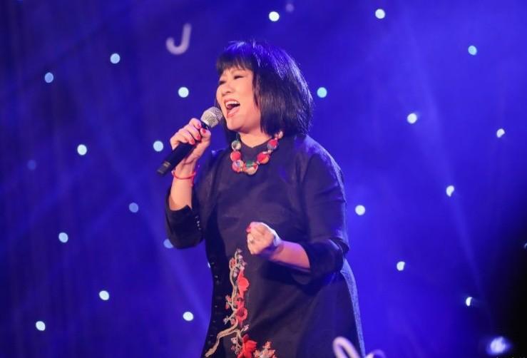 Ca sĩ Cẩm Vân đồng hành cùng đêm nhạc thiện nguyện hướng về miền Trung.