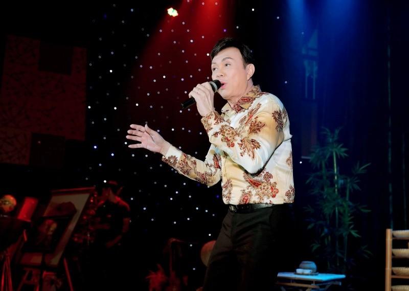 Danh hài Chí Tài hát gây quỹ hỗ trợ miền Trung.