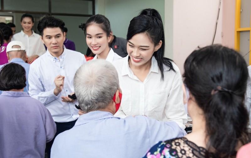 Tân Hoa hậu Đỗ Thị Hà mặc giản dị đi từ thiện