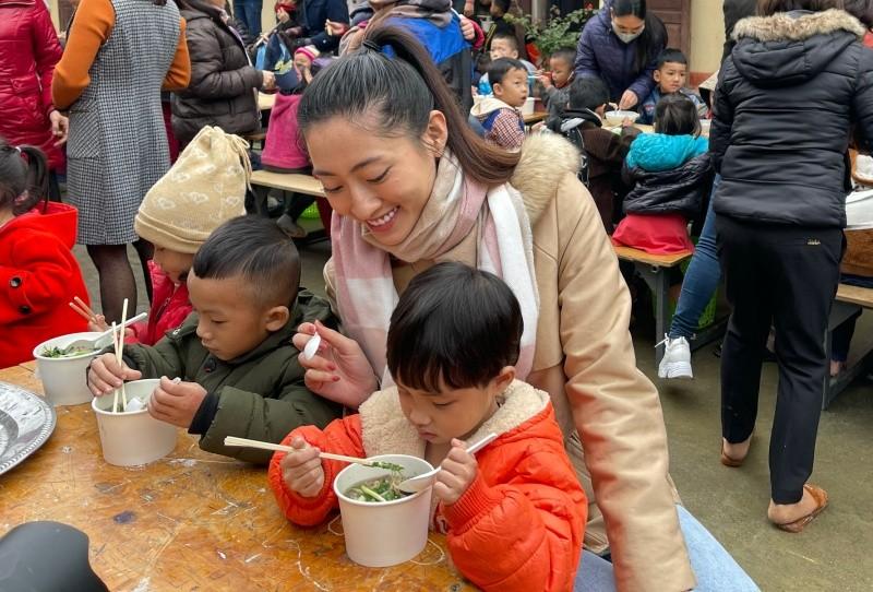 Hoa hậu Lương Thuỳ Linh tạo cơ hội cho hàng nghìn em nhỏ vùng sâu được ăn phở.