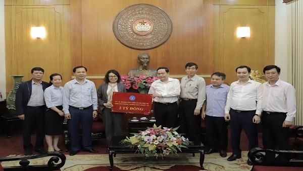 """Lãnh đạo BHXH Việt Nam trao 2 tỷ đồng ủng hộ vào """"Quỹ phòng chống dịch Covid-19""""."""