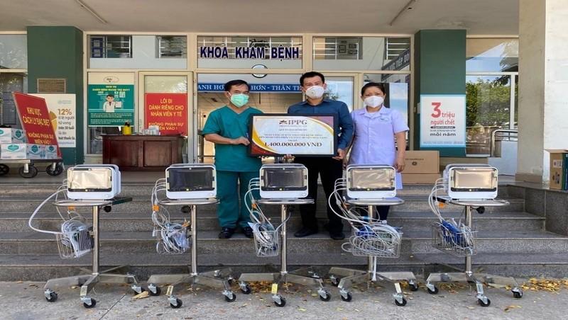 Bác sĩ Bùi Thanh Vinh, Phó Giám đốc Bệnh viện dã chiến Hòa Vang (bìa trái) nhận 5 máy theo dõi bệnh nhân