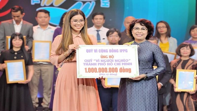 Tiên Nguyễn - Giám đốc Quỹ Vì cộng đồng của Tập đoàn IPPG đại diện trao 1 tỷ đồng ủng hộ người nghèo TP HCM