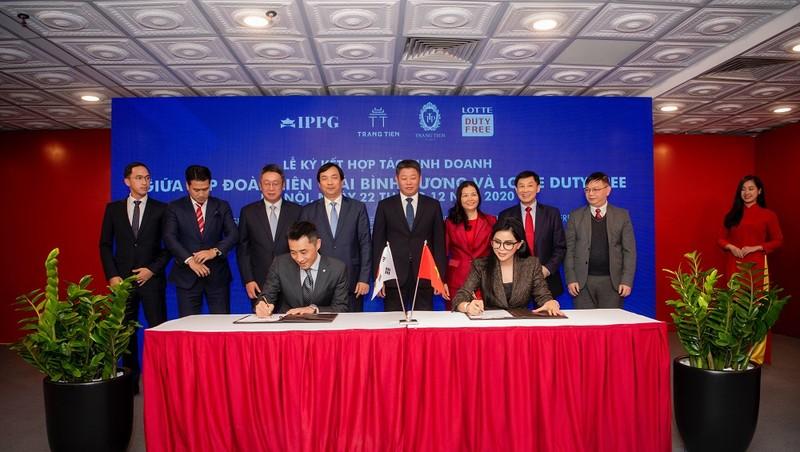 Bà Lê Hồng Thủy Tiên, Tổng Giám đốc IPPG cùng ông Park Suk Won, Tổng Giám đốc Lotte Duty Free Việt Nam ký kết hợp tác kinh doanh để phát triển các chuỗi cửa hàng miễn thuế trên khắp lãnh thổ Việt Nam.