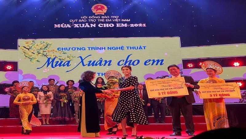 """Tiên Nguyễn trao tặng 3 tỷ đồng tại chương trình """"Mùa xuân cho em"""""""