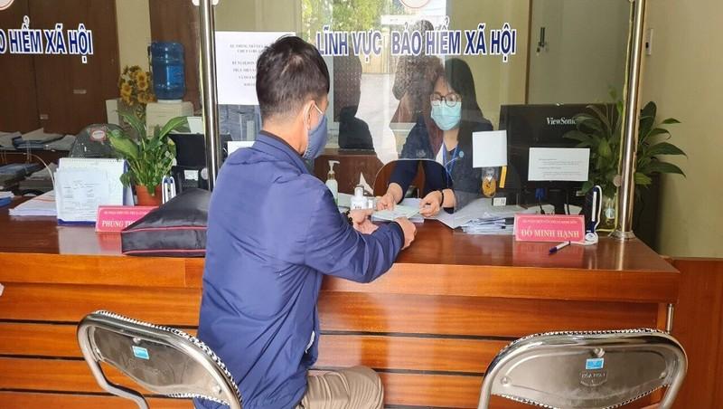 """Tiếp nhận hồ sơ tại bộ phận """"Một cửa"""", BHXH thị xã Kinh Môn, Hải Dương."""