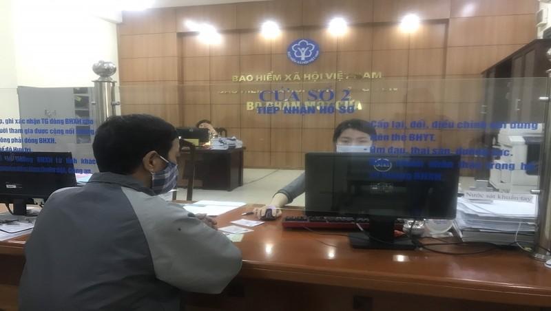 Giao dịch tại bộ phận Một cửa ở BHXH tỉnh Hưng Yên sáng ngày 24/2.