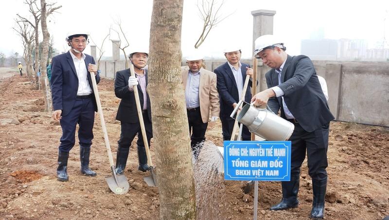 Tổng Giám đốc BHXH Việt Nam Nguyễn Thế Mạnh cùng các Phó Tổng Giám đốc và lãnh đạo các đơn vị tham gia trồng cây.