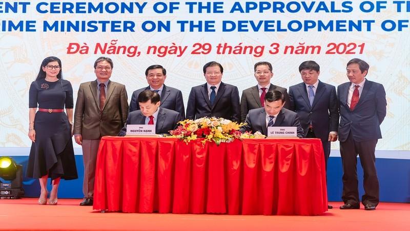 Ông Johnathan Hạnh Nguyễn ký kết tài trợ đề án Trung tâm Tài chính quy mô quốc tế với TP Đà Nẵng
