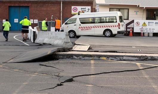 Trận động đất khiến đường xá bị nứt vỡ nghiêm trọng.