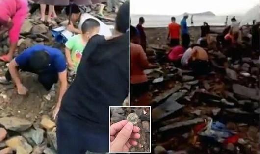 Người dân thị trấn Hải Phòng, Sán Đầu, Quảng Đông, Trung Quốc đổ xô đi tìm tiền cổ.