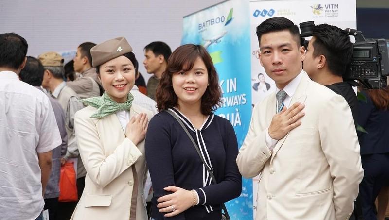 """Xếp hàng đông nghẹt """"săn"""" vé máy bay và combo du lịch trọn gói của Bamboo Airways"""
