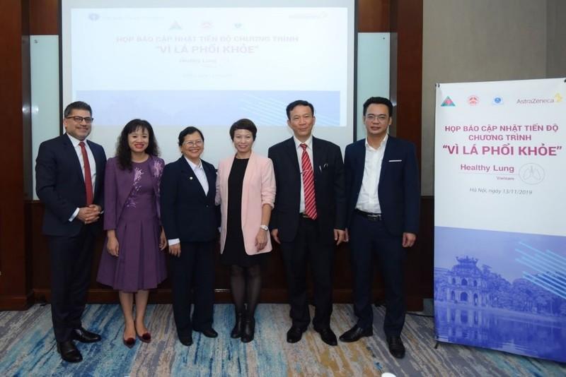 Đại diện AstraZeneca và các đối tác thực hiện chương trình Vì Lá Phổi Khỏe.
