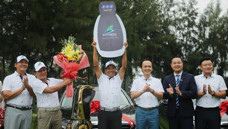 Chủ tịch Tập đoàn FLC trao giải thưởng HIO trị giá 10 tỷ đồng cho golfer Trần Huy Cương