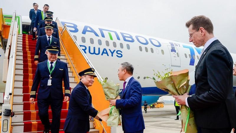 Cơ trưởng Nguyễn Thanh Sơn bắt tay Lãnh đạo Bamboo Airways trong sự kiện Bamboo Airways đón chiếc máy bay Boeing 787-9 Dreamliner đầu tiên