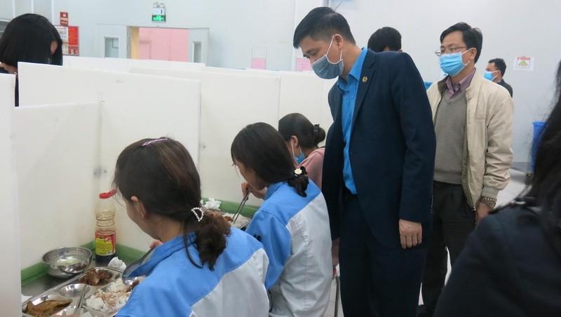 Phó Chủ tịch Ngọ Duy Hiểu thăm, dộng viên CNLĐ tại khu công nghệp Vĩnh Phúc.