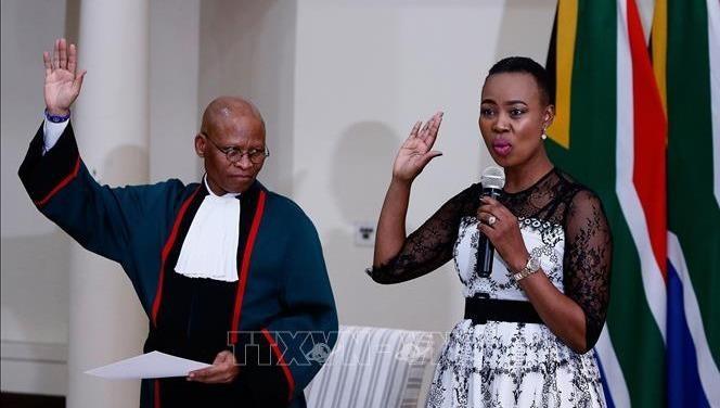 Bộ trưởng Nam Phi bị đình chỉ chức vụ 2 tháng vì vi phạm lệnh phong tỏa