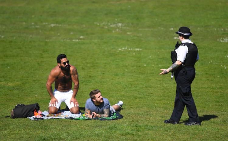 """Cảnh sát Anh bị chỉ trích vì """"quấy rối"""" người dân tắm nắng ngoài công viên"""