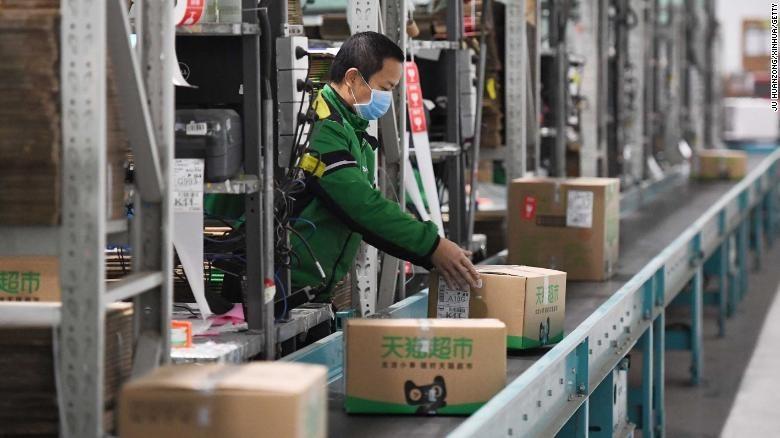 Một công nhân đóng gói hàng tại trung tâm hậu cần ở Bắc Kinh. Ảnh CNN