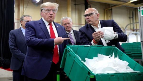 Tổng thống Trump tới thăm nhà máy sản xuất khẩu trang Honeywell ở Phoenix, bang Arizona.