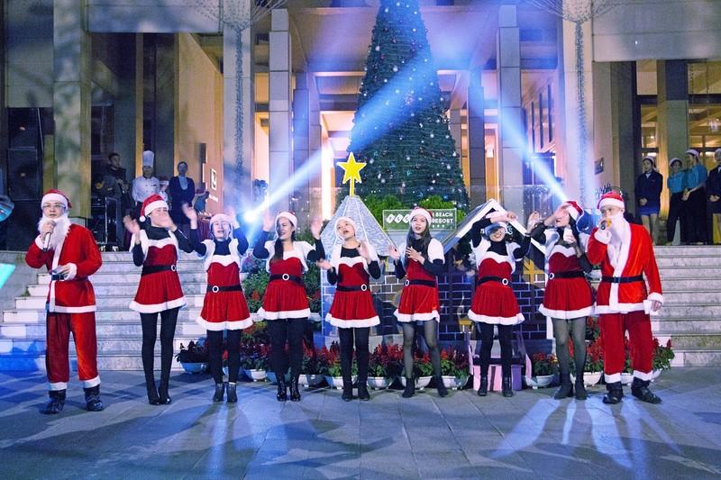 Dàn hợp xướng khuấy động bầu không khí bằng những giai điệu Giáng sinh quen thuộc.
