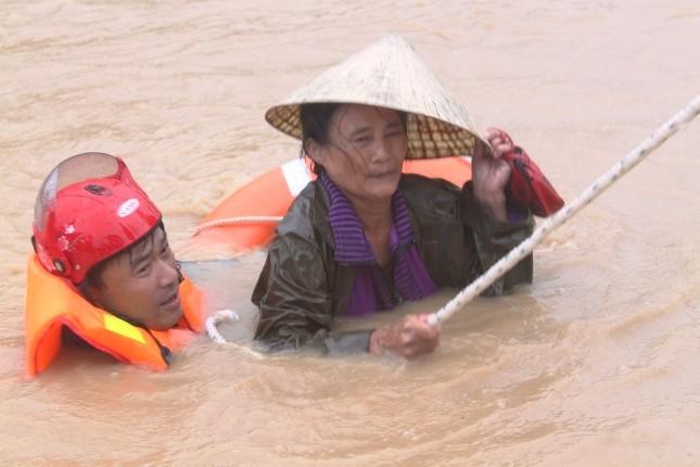 Lao vào tâm bão cứu người dân